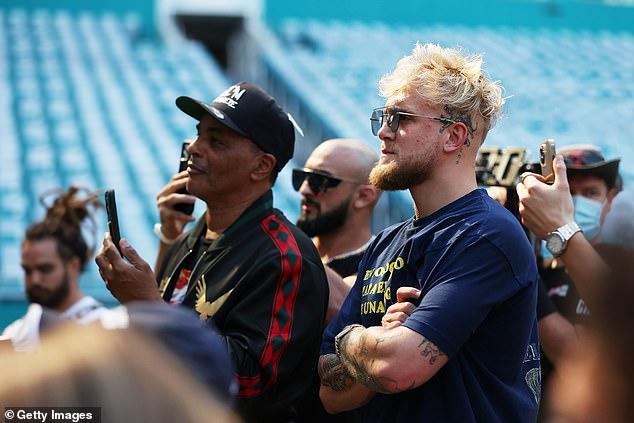 Su compañero boxeador Jake había estado en el Hard Rock Stadium de Miami para la conferencia de prensa previa a la pelea.