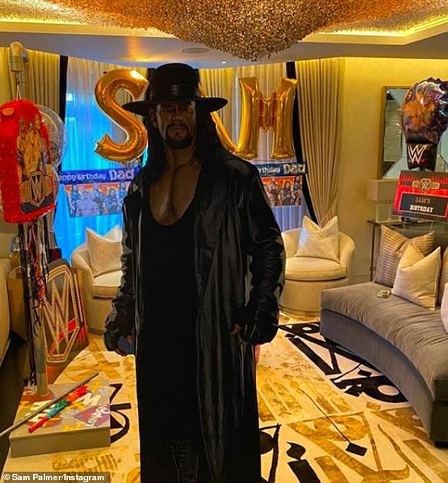 Sorprendente: la madre de cuatro hizo todo lo posible para decorar la sala de estar familiar con piñatas, globos, pancartas al estilo de la WWE e incluso la leyenda de la lucha libre de tamaño natural The Undertaker.