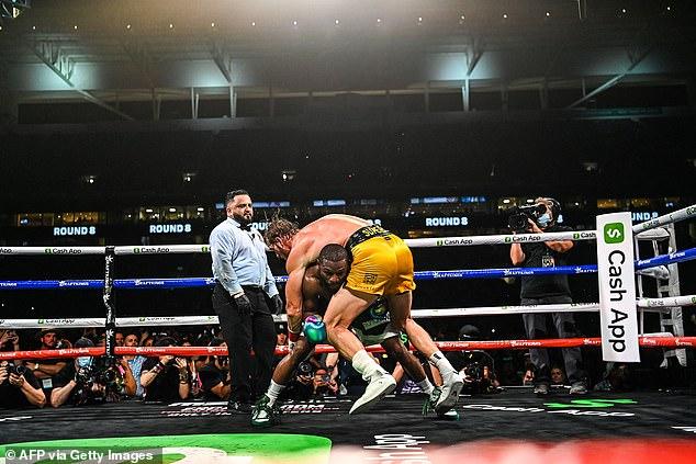 Paul se desplomó hacia Mayweather en varios puntos durante su pelea ampliamente vista.