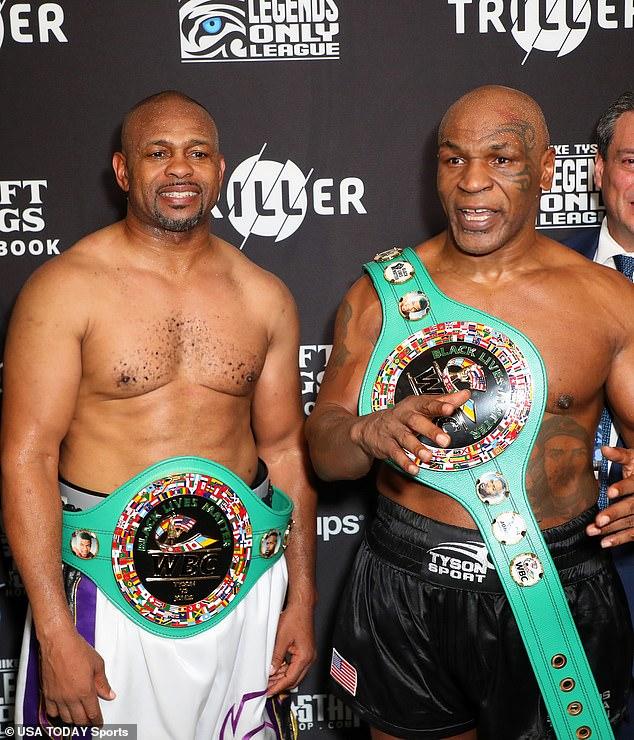 Jones (izquierda) participó en un concurso de exhibición con Mike Tyson en Los Ángeles el año pasado.