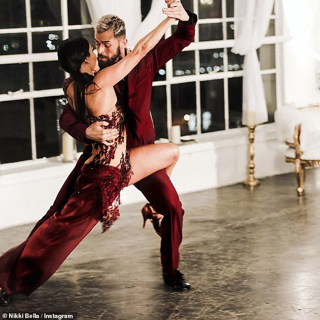 Cómo se conocieron: Nikki, de 36 años, conoció a bailarines profesionales ruso-estadounidenses de 37 años cuando eran compañeros para la temporada 2017 de Dance with the Stars.