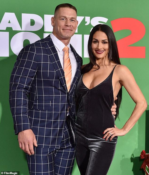 Exes: En ese momento, Nikki estaba comprometida con la superestrella de la WWE de 42 años, John Cena, después de salir durante 5 años. Cancelaron su compromiso en julio de 2018.Se tomaron una foto grupal el 5 de noviembre de 2017.