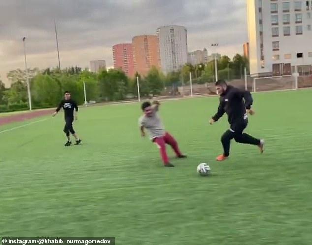 Las superestrellas de MMA (que tienen el balón) se están entrenando para convertirse en jugadores de fútbol y recientemente publicaron un video que muestra sus habilidades en el campo de fútbol.