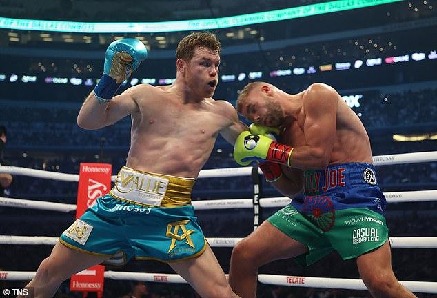 Saunders (derecha) sufrió una fractura en la cuenca del ojo en su derrota ante el mexicano (izquierda) el mes pasado.