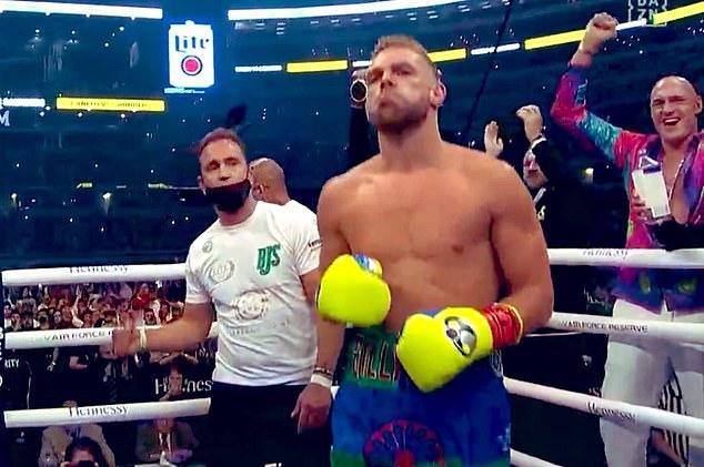 Fury (derecha) estuvo allí apoyando a su amigo cercano Saunders en la pelea más destacada de su carrera.