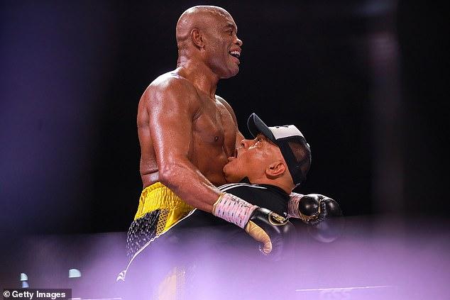 Silva ganó el combate por decisión dividida solo en su tercer combate de boxeo profesional.