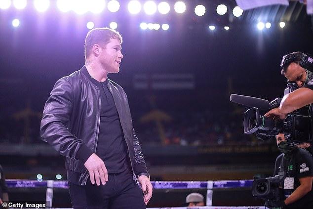 Canelo saltó al ring luego de la pelea en medio de las emotivas escenas en Guadalajara