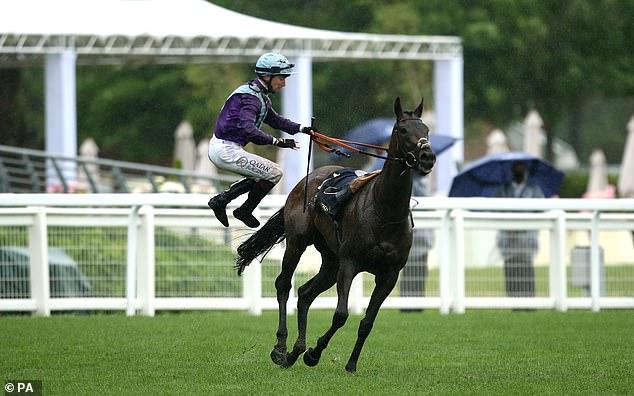 Murphy salta de su caballo después de ganar el Coronation Stakes en Alcohol Free