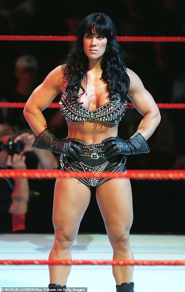 Campeona Intercontinental de la WWE: Bellas Podcaster tenía solo 14 años cuando Chyna (nacida como Joan Marie Laurer) emergió en la WWF como miembro de D-Generation X en 1997 (en la foto de 1999).