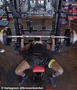 El banco Deontay Wilder presionó un enorme peso de 310 libras en uno de sus videos de entrenamiento