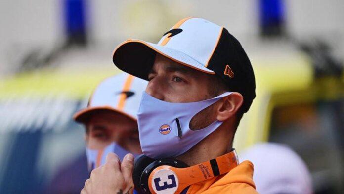F1, Ricciardo le da un sombrero McLaren a un niño acosado