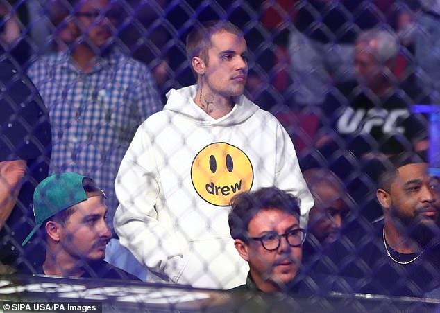 Embajador de la marca: Justin Bieber vistió la moda de Drew el sábado cuando fue visto en la batalla de UFC 263 en el Gila River Arena en Glendale, Arizona.