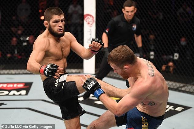 Khabib Nurmagomedov (izquierda) insiste en que no tiene planes de regresar inesperadamente a UFC