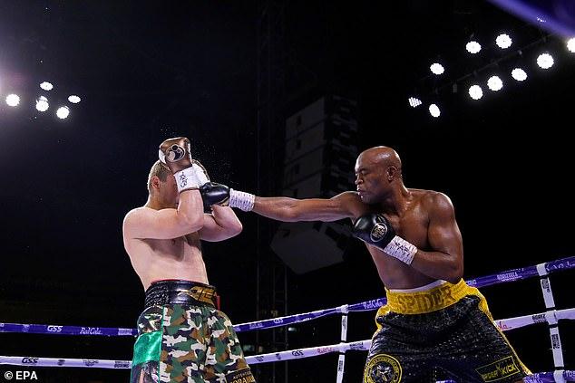 El ex campeón de peso mediano de UFC Anderson Silva (derecha) derrotó a Julio Cesar Chavez Jr.