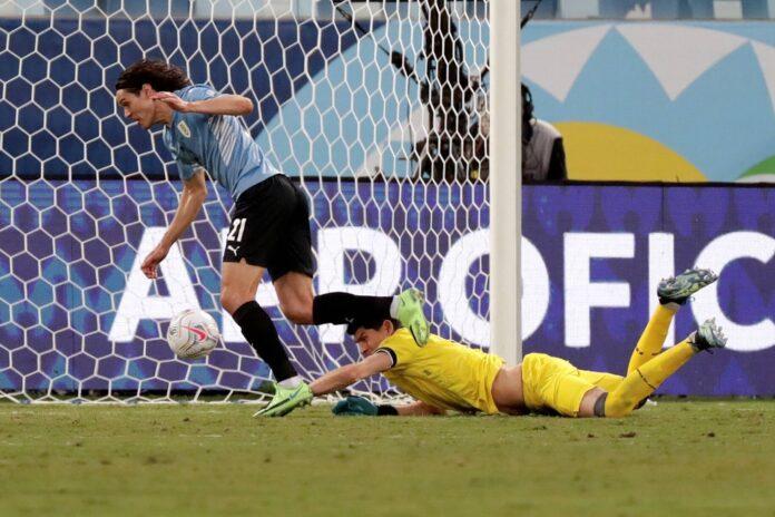 (Video) Edinson Cavani pierde otra oportunidad de anotar mientras continúan los problemas de anotación de Uruguay