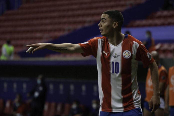 (Video) El mediocampista del Newcastle United, Miguel Almirón, anota tranquilamente un gol de penalti para duplicar la ventaja de Paraguay sobre Chile