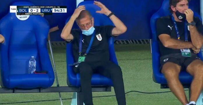 (Video) El técnico uruguayo reacciona ante el alero del Valencia Maxi Gómez que falla en una red abierta en el partido de la Copa América