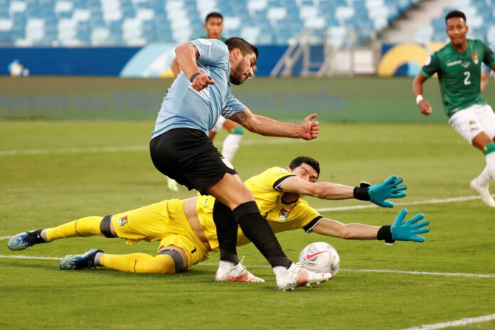 (Video) Jugador boliviano anota un gol en propia meta para darle a Uruguay la ventaja de 1-0