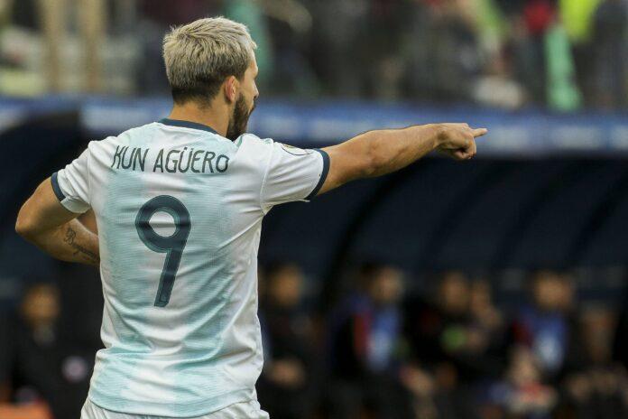 (Video) Sergio Agüero falla gol envuelto para regalo de la defensa paraguaya