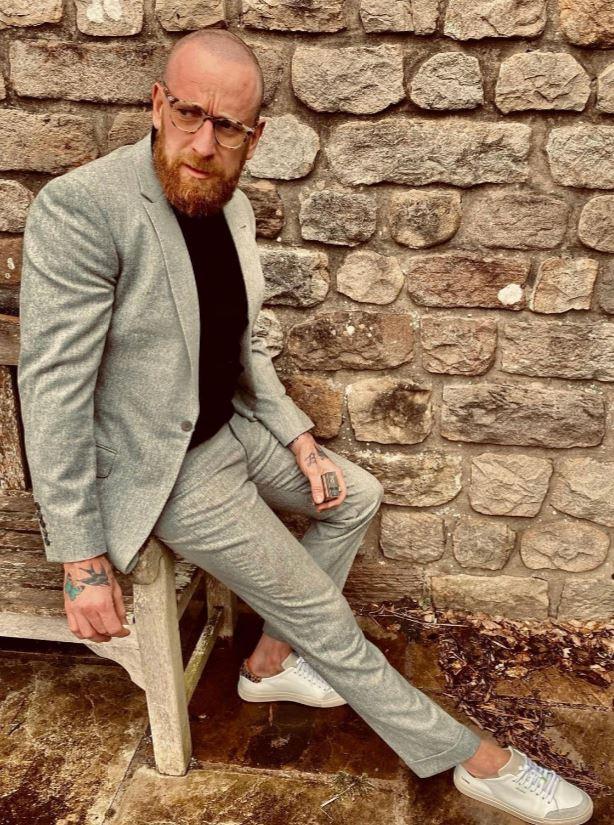 Wiggins incluso se viste como McGregor, quien a menudo usa cuellos de tortuga debajo de sus trajes y anteojos.