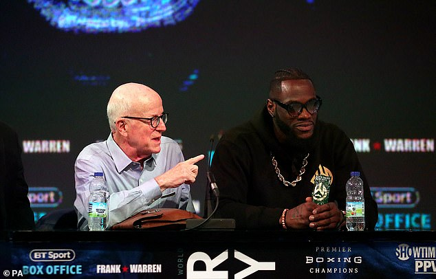 Y el 'Bronze Bomber' (derecha) le dijo a su manager Shelly Finkel (izquierda) que sentía que era culpa de Fury.