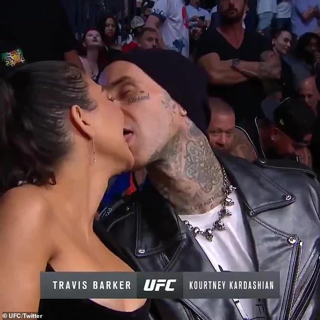 Siente esto: cuando la cámara escaneó una arena llena de gente a altas horas de la noche, Travis y Courtney parecieron comportarse instintivamente cuando se dieron la vuelta y cerraron los labios. Travis lo hizo. Al cambiar a un beso francés, las cosas mejoraron un poco.