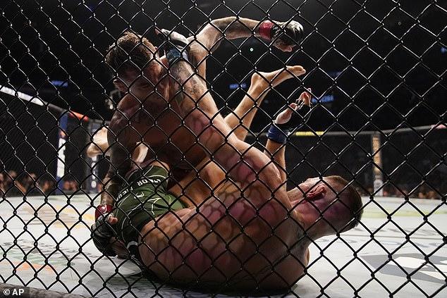 Poirier tuvo la ventaja en la primera ronda, pero Conor McGregor se rompió la pierna y no pudo continuar el juego.