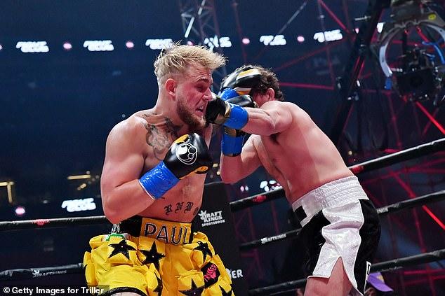 Paul, de 24 años, ha empleado un estilo de caminar hacia adelante durante parte de su incipiente carrera en el boxeo.
