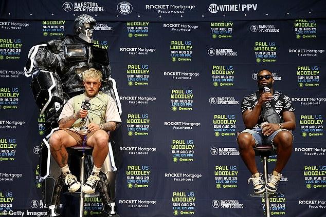 La mascota oficial del boxeo de Paul, 'The Problem Bot', también estuvo presente en la conferencia de prensa.