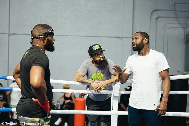 Woodley ha estado entrenando con Floyd Mayweather (derecha) en la preparación para enfrentar a Paul.