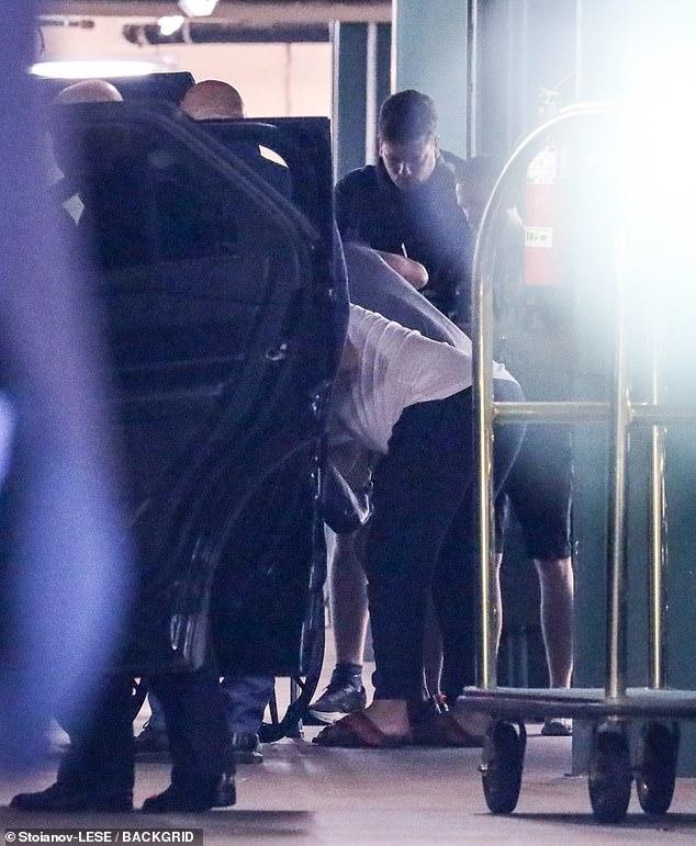 Es fácil: UFC Star regresó del hospital al hotel y fue asistido por un asistente que entró y salió del auto.