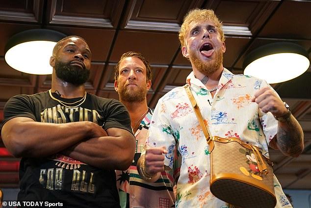Jake está listo para pelear contra el ex campeón de UFC Tyron Woodley (se muestra a la izquierda) el sábado 28 de agosto