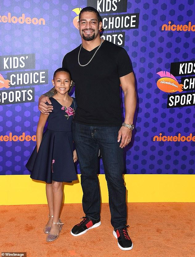 Lindo: los primeros gemelos de Roman nacieron en 2016.La pareja también tiene una hija de 9 años llamada Joelle Anoa'i. Arriba hay una foto con papá en 2018.