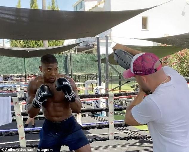 Anthony Joshua mostró sus golpes de poder en un clip de entrenamiento antes de su pelea contra Oleksandr Usyk este año.