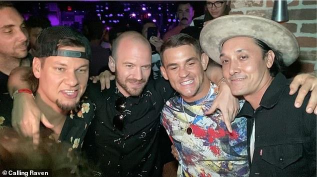 Dustin Poirier, fotografiado con el comediante Theo Vonn (izquierda) y el YouTuber Sean Evans (segundo desde la izquierda), disfrutando de una fiesta después de derrotar a Conor McGregor.