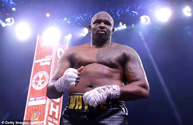 Dillian Whyte (arriba) llamó a Tyson Fury un 'w *****' después de que lo vieron en público solo una semana después de dar positivo por coronavirus
