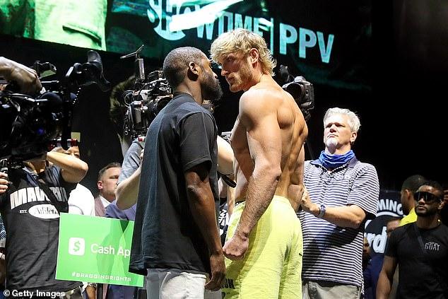 Floyd Mayweather (izquierda) afirmó que se embolsó $ 30 millones antes de su pelea contra Logan Paul (derecha)