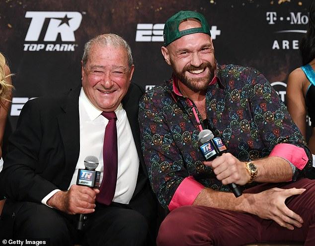La pelea de Tyson Fury (derecha) con Anthony Joshua podría tener lugar en el Reino Unido, dice Bob Arum (izquierda)
