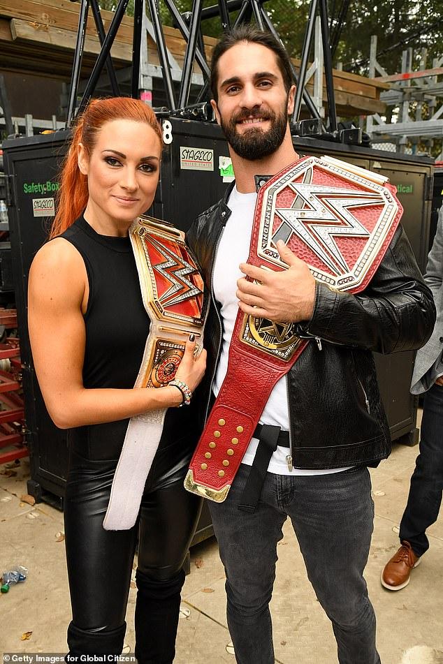 Recién casados: según un informe de People el miércoles, las estrellas de la WWE Becky Lynch y Seth Rollins se comprometieron en agosto de 2019 y se casaron (Figura septiembre de 2019)