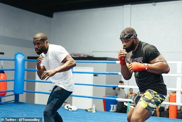 Tyron Woodley (derecha) se unió a Floyd Mayweather (izquierda) en el servicio antes de la pelea con Jake Paul.