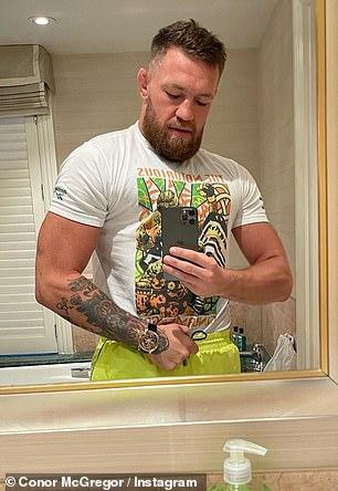 Snap: Hasta que apoyó sus piernas, Connor usó su propia camiseta de marca para doblar sus bíceps.