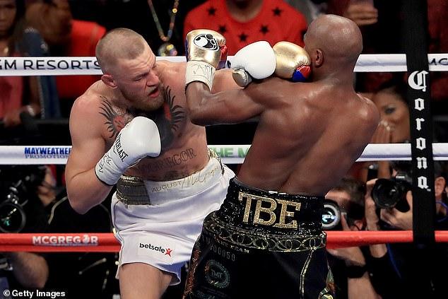 Batalla del siglo: el luchador también fue noticia el fin de semana cuando quedó claro que su lugar en Beverly Hills estaba justo al lado del boxeador Floyd Mayweather. siglo'
