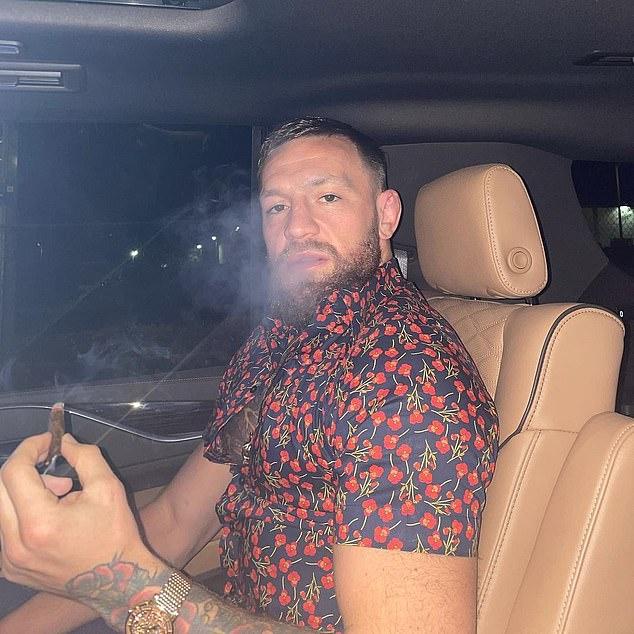 Pelea: Los luchadores salen en menos de un mes después de una fractura de tibia en la pelea contra Dustin Poirier en el evento principal de UFC 264 en el T-Mobile Arena en Las Vegas.
