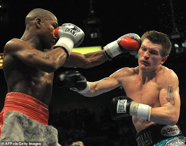 Hatton (derecha) afirmó que trabajó duro para tener la oportunidad de enfrentarse a Mayweather (izquierda) en 2007.