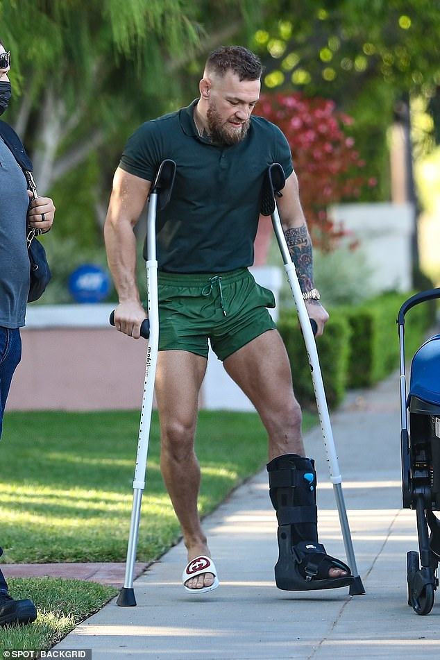 Apariencia de Connor: Por la tarde, McGregor fue encontrado con pantalones cortos de color verde claro y un polo verde oscuro que se ajusta a su cuerpo.