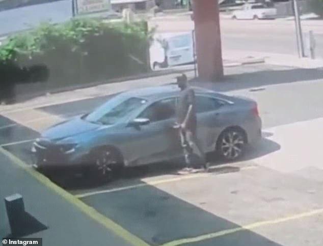 El ladrón de autos notó que la cerradura estaba abierta y se deslizó casualmente dentro del auto.