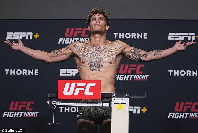 Jordan Williams posa en la báscula durante el pesaje de UFC Fight Night en UFCAPEX en Las Vegas, Nevada, el 23 de julio de 2021.