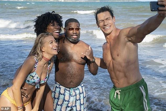Diversión: John reveló que él y Meredith Hagner (izquierda), Yvonne Olgi (segunda desde la izquierda) y Lil Rel Howery (centro) dispararon una pelota en Atlanta y Puerto Rico, Georgia.