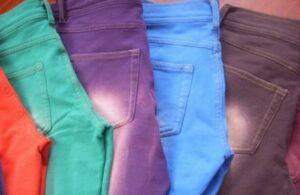 Cómo combinar jeans de color