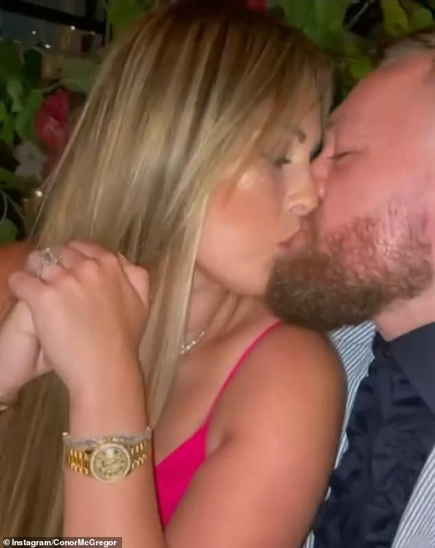Lindo: Conor McGregor besó apasionadamente a su impresionante prometido de Brin durante la cena de su cumpleaños en Craig's en Los Ángeles el martes.